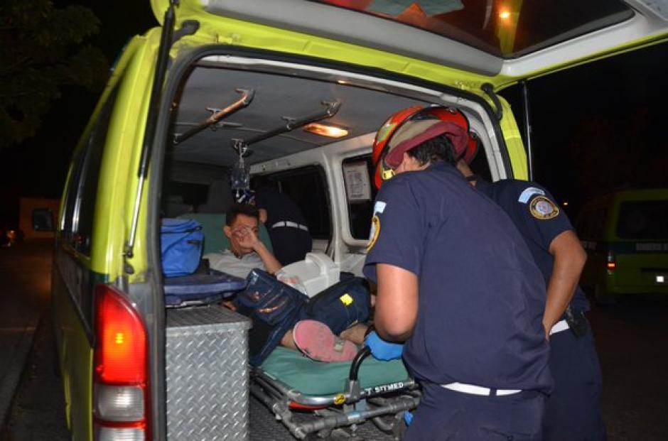Padre e hijo resultaron heridos con arma blanca en la 3ra. Avenida y 3ra. calle en Sacoj Grande en la zona 6 de Mixco. (Foto: @bomberosmuni)