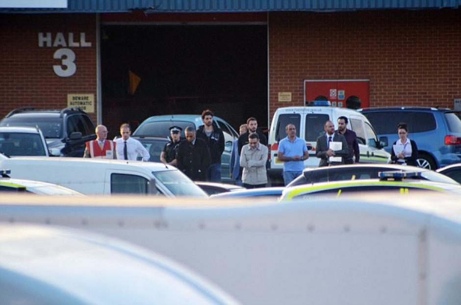 Testigos del accidente observan la escena.(Foto: Daily Mail)