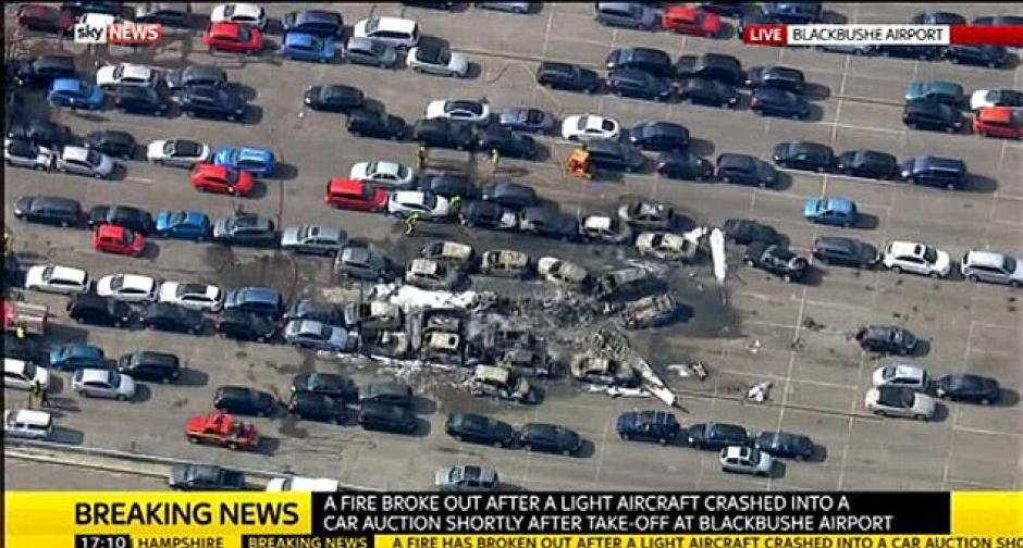 Partes del avión también provocaron daños en carros parqueados.(Foto: Daily Mail)