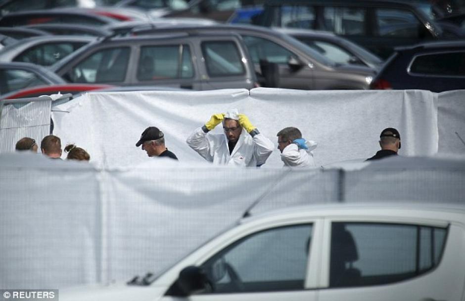 Peritos trabajan en la escena del accidente.(Foto: Daily Mail)