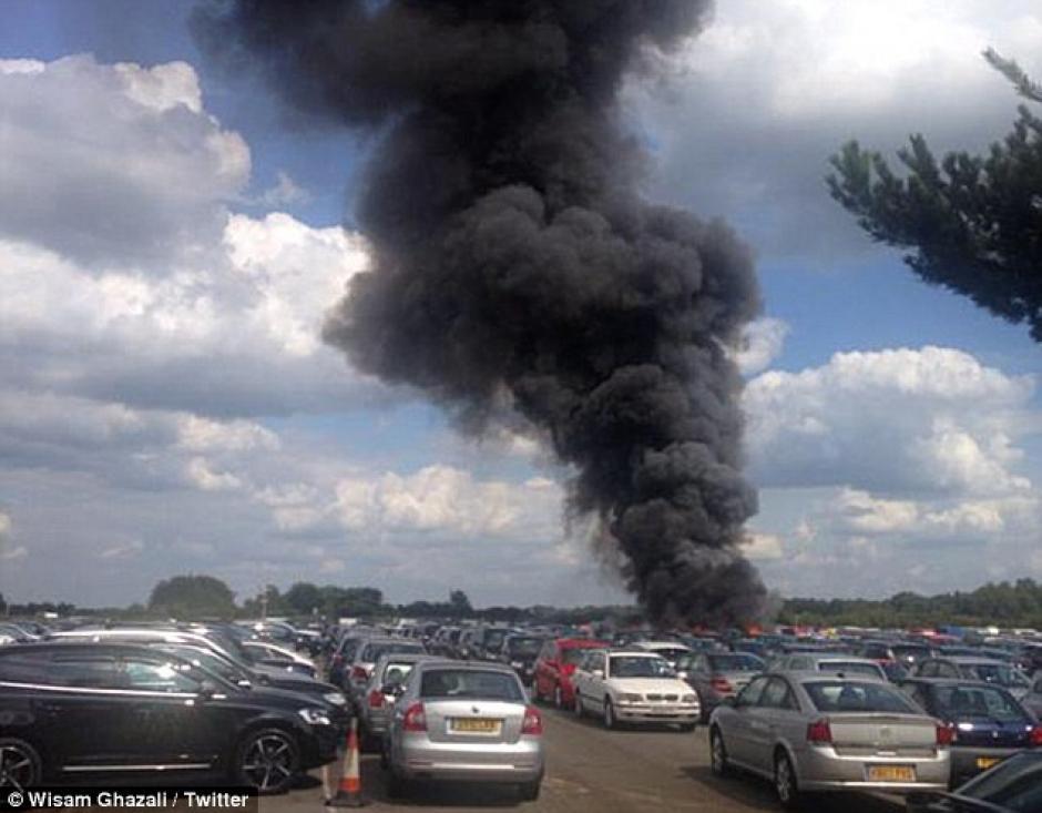 Foto de un testigo sobre la columna de humo tras el accidente.(Foto: Daily Mail)