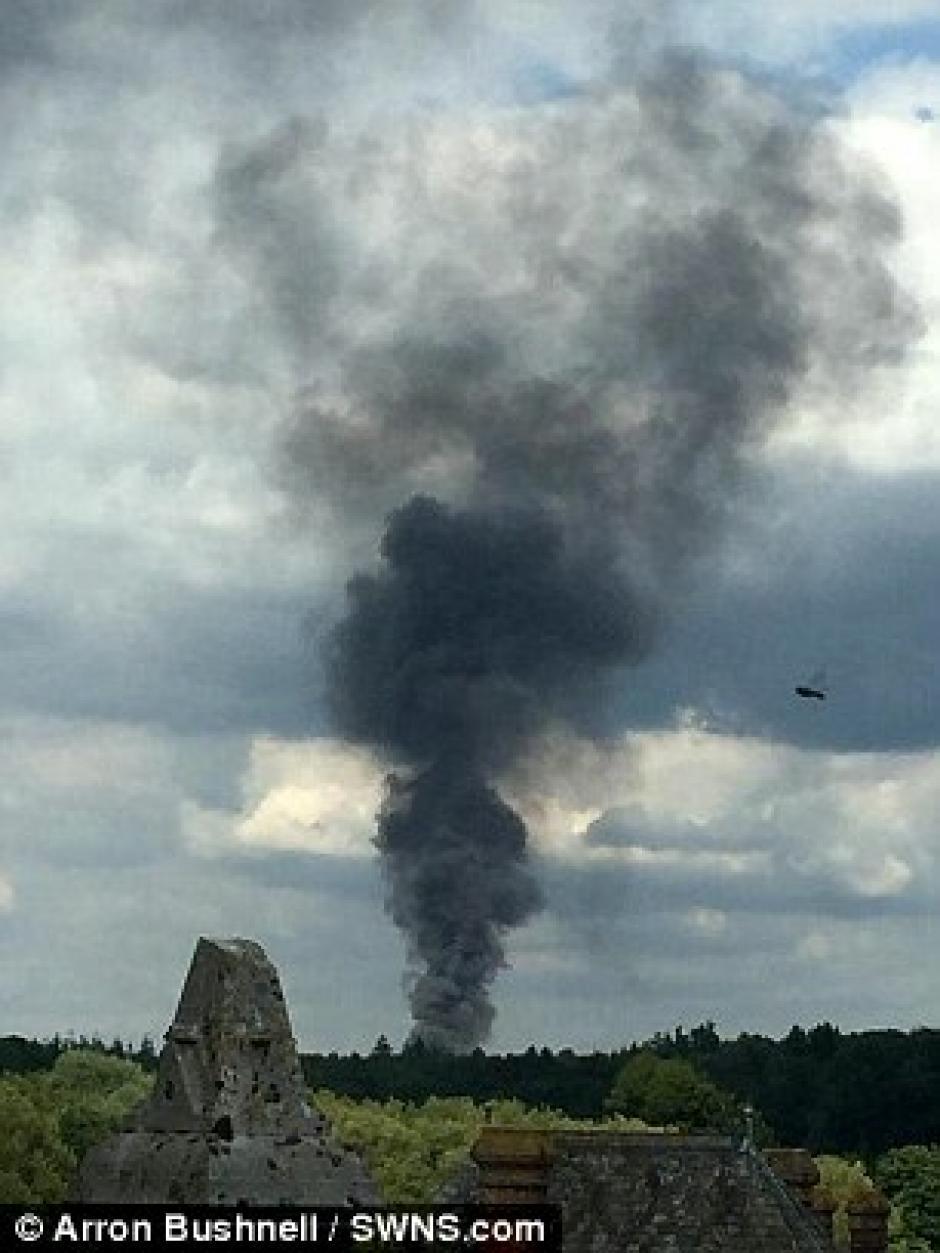 Otra foto de un testigo del humo por el accidente.(Foto: Daily Mail)
