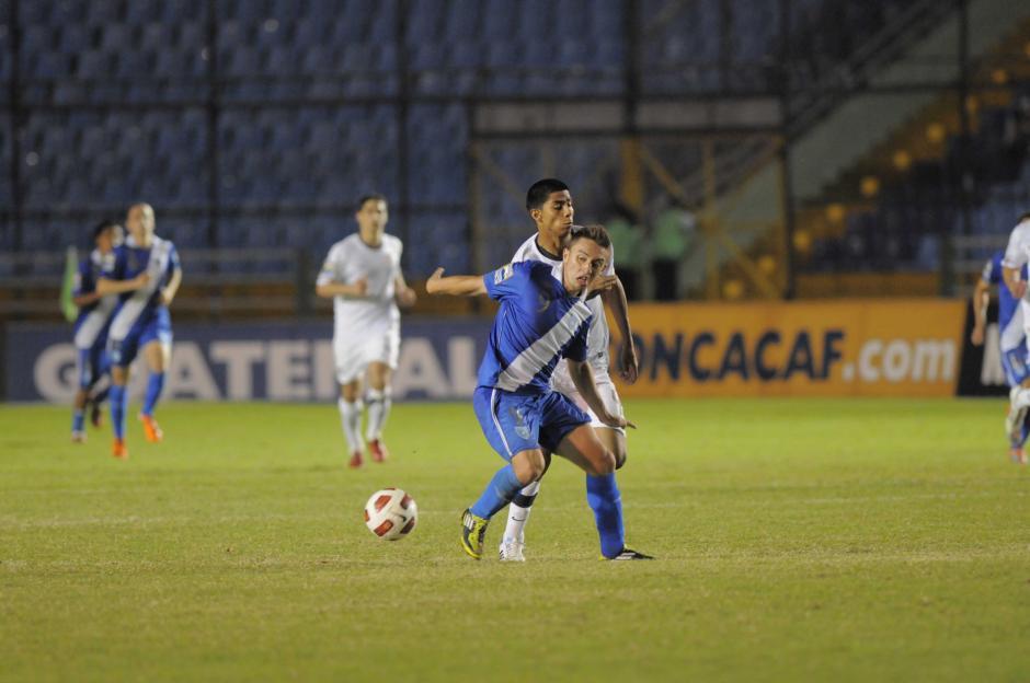 En la acción Moisés Hernández cubre a Henry López. Moisés jugó ese partido con la Selección de Estados Unidos, ahora lo hace con Guatemala. (Foto: Archivo/Nuestro Diario)