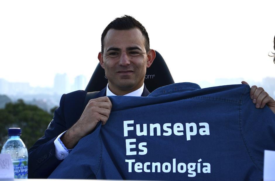 El futbolista Marco Pappa apuesta a la educación y se suma al reto. (Foto: Selene Mejía soy502)