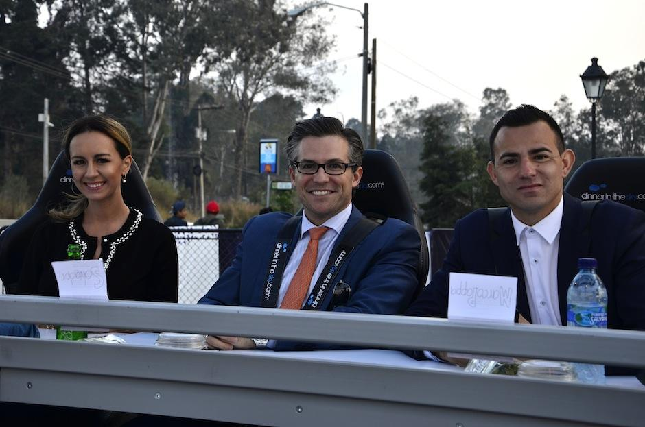 La emprendedora Francesca Kennedy y el futbolista Marco Pappa comparten junto a Salvador Paiz. (Foto: Selene Mejía/Soy502)