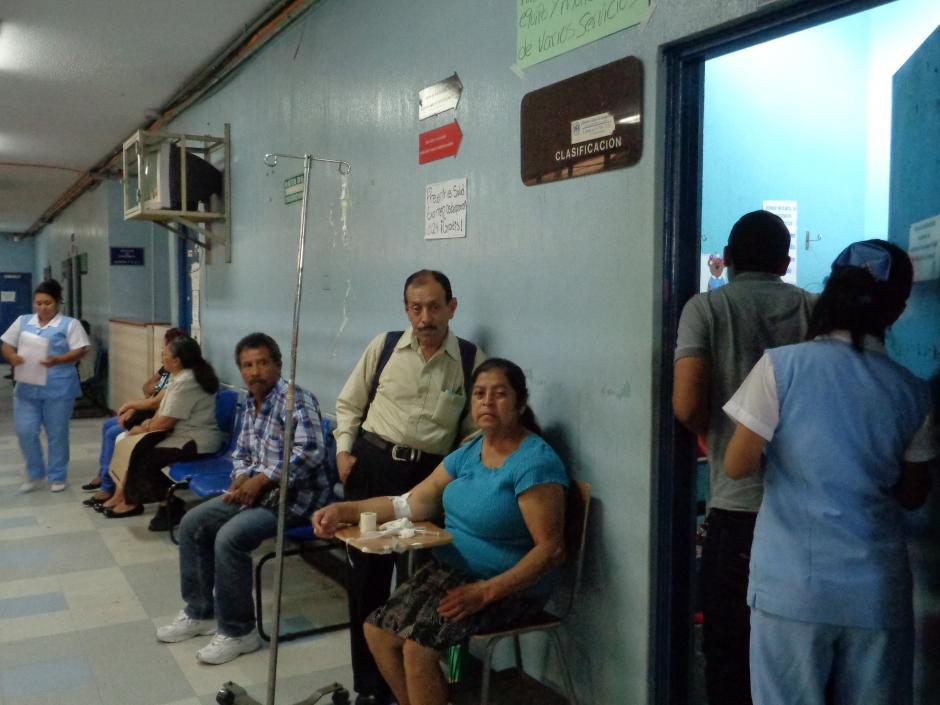 Algunos pacientes son atendidos en los pasillos del hospital. (Foto Marcia Zavala/Soy502)