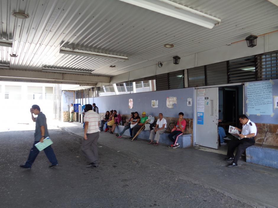 Las personas también deben esperar hora en la emergencia. (Foto Marcia Zavala/Soy502)
