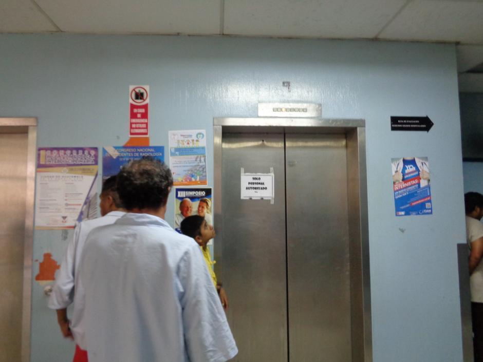 En el caso que los pacientes quieran utilizar los ascensores deben esperar varios minutos. (Foto Marcia Zavala/Soy502)