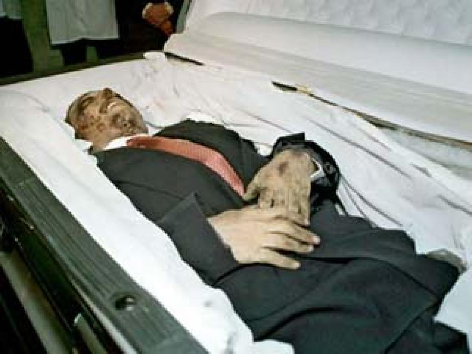 Este el cadáver de Amado Carrillo Fuentes que las autoridades mexicanas presentaron el 1997.