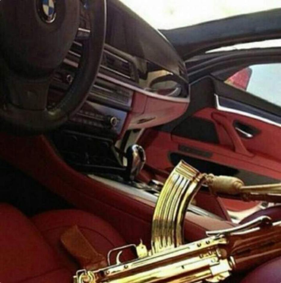 Rifles de asalto bañados en oro forman parte de sus pertenencias. (Foto: sinembargo.mx)