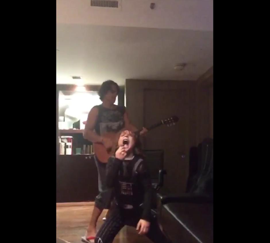 Nicolás imita a un cantante de rock en este video. (Foto: Twitter)