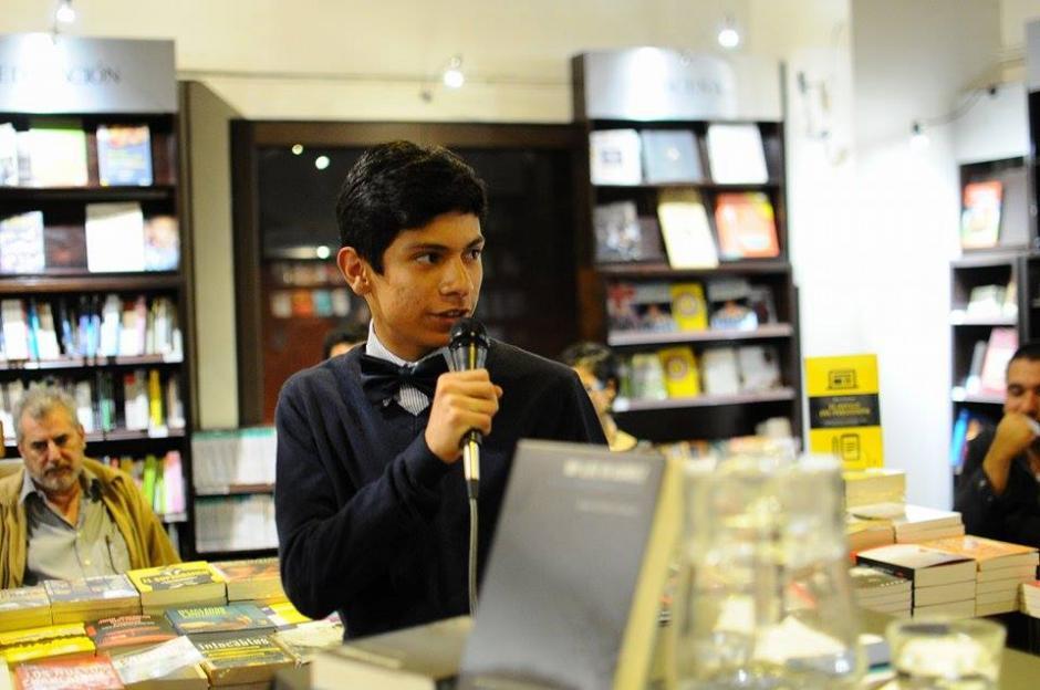Juan Carlos Llorca, hijo menor del periodista, agradece la publicación del libro. (Foto: Alejandro Balán/Soy502)