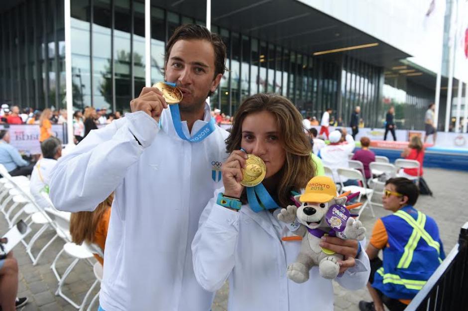 Jason Hess e Irene Abascal besas sus medallas de oro ganadas en la categoría hobie cat de navegación a vela