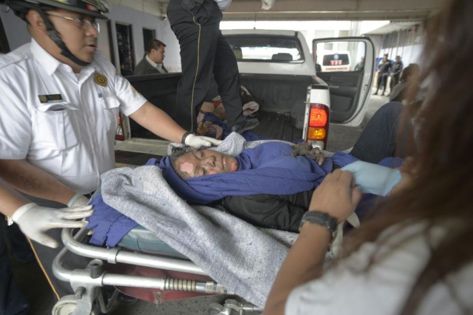 Una de las jóvenes es trasladada hacia un centro asistencial para recibir atención. (Foto: Wilder López/Soy502)