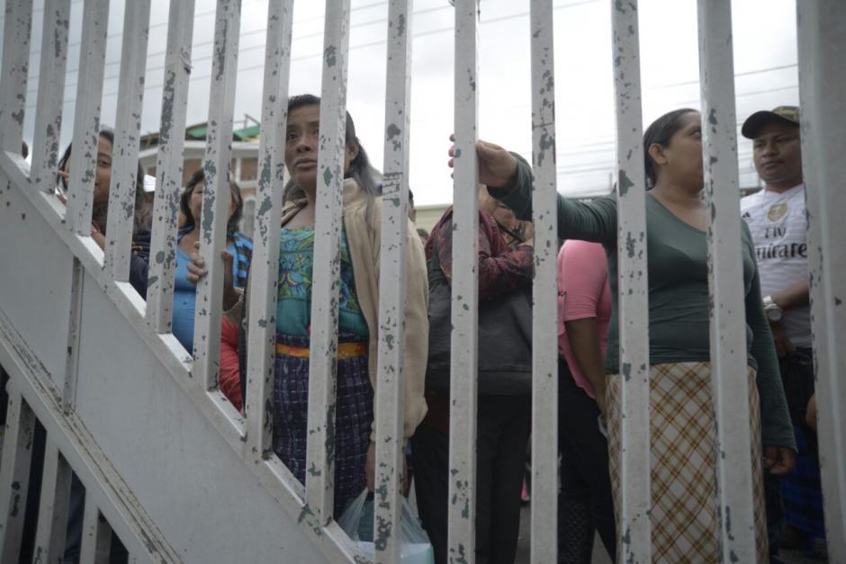 Familiares de pacientes observan el ingreso de las víctimas del incendio en el hogar Virgen de la Asunción.  (Foto: Wilder López/Soy502)