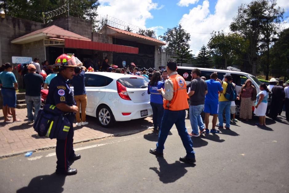 Cuerpos de socorro se mantienen en las afueras del Hogar Seguro Virgen de la Asunción. (Foto: Jesús Alfonso/Soy502)
