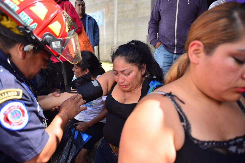Una familar de las jóvenes es examinada por socorristas.  (Foto: Jesús Alfonso/Soy502)