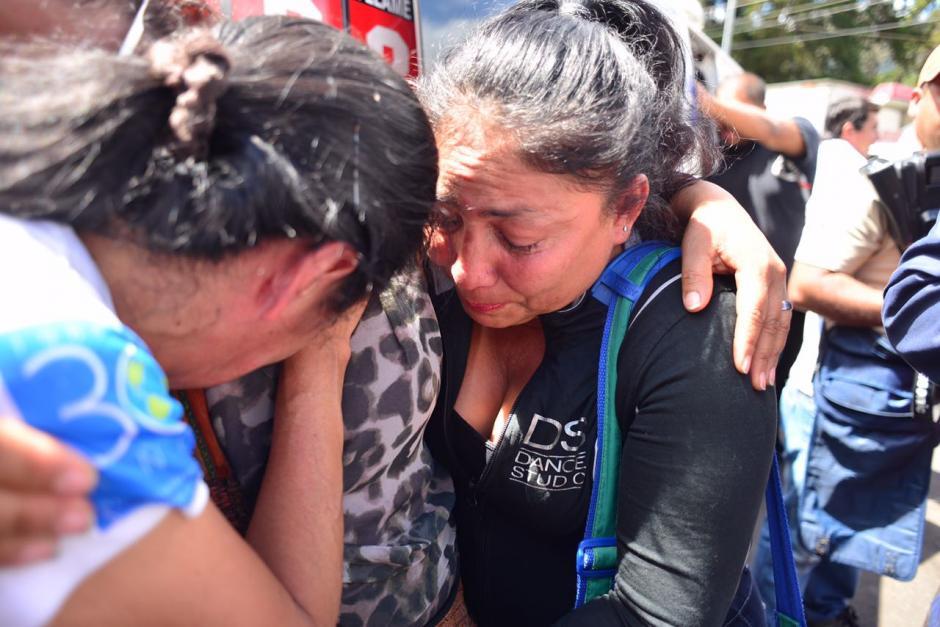 Escenas de dolor y angustia se viven en las afueras del Hogar Seguro Virgen de la Asunción.  (Foto: Jesús Alfonso/Soy502)
