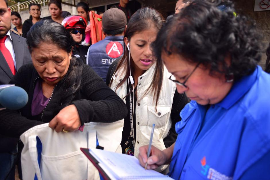 Los familiares realizan consultas sobre el estado de los internos. (Foto: Jesús Alfonso/Soy502)