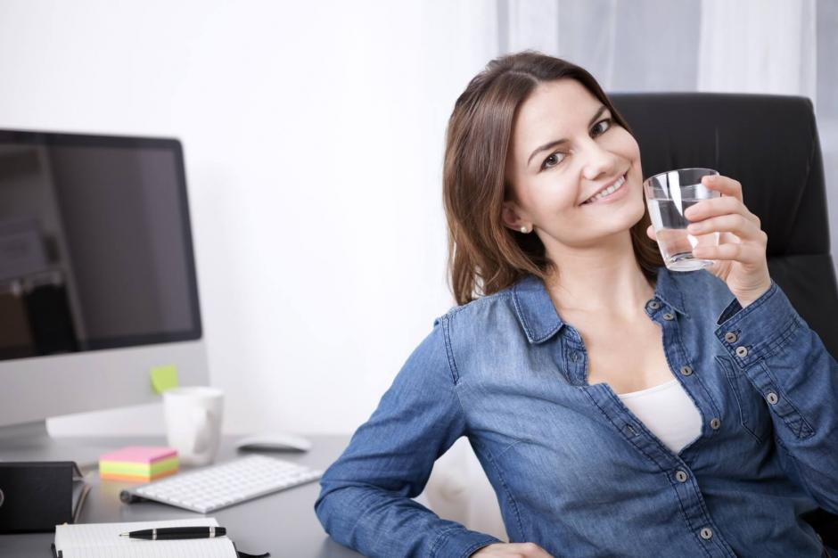 Toma agua y olvídate de las gaseosas. Ocho vasos al día hacen la diferencia. (Foto: Hola Mujer)
