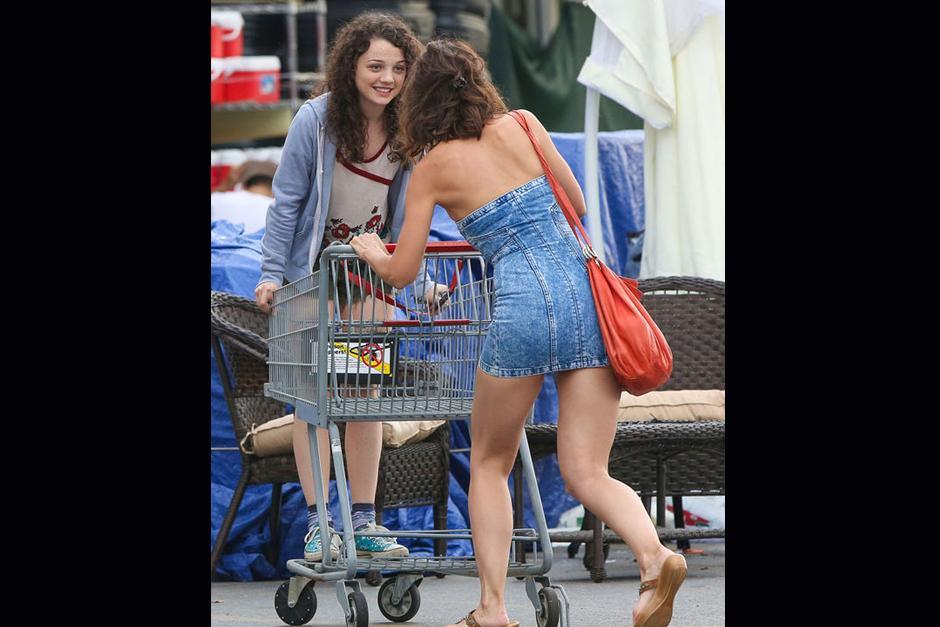 """Al mover el carro de supermercado, casi sufre un """"accidente"""" mayor, pues su vestido casi le hace una mala pasada."""