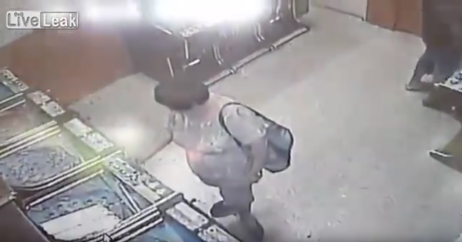 La mujer deposita una moneda en una de las máquinas del lugar. (Captura de pantalla: Liveleak Official Chanel/YouTube)