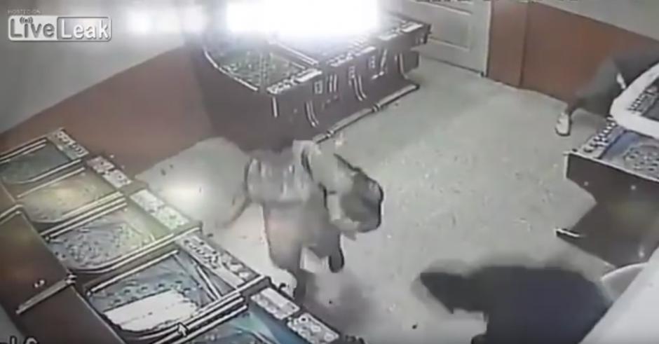 De pronto ingresa un hombre con un machete. (Captura de pantalla: Liveleak Official Chanel/YouTube)