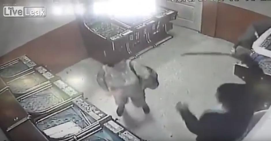 El enfurecido hombre la agrede con un machete. (Captura de pantalla: Liveleak Official Chanel/YouTube)