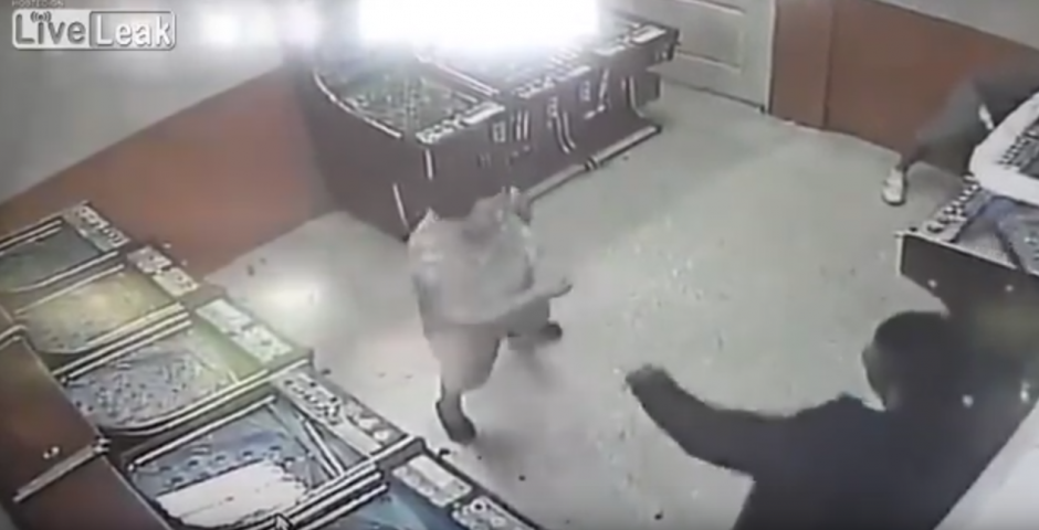El hombre le da un machetazo en el brazo izquierdo. (Captura de pantalla: Liveleak Official Chanel/YouTube)