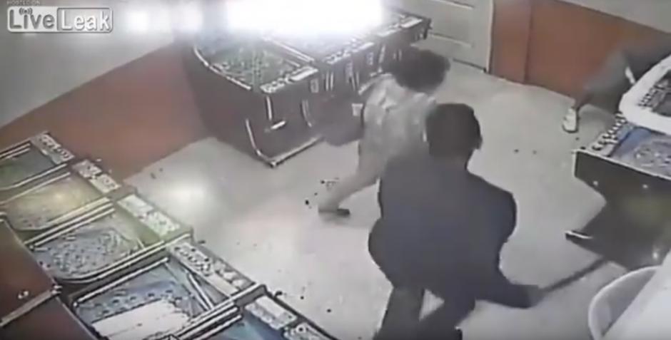 La mujer de 61 años fue llevada a un centro asistencial. (Captura de pantalla: Liveleak Official Chanel/YouTube)