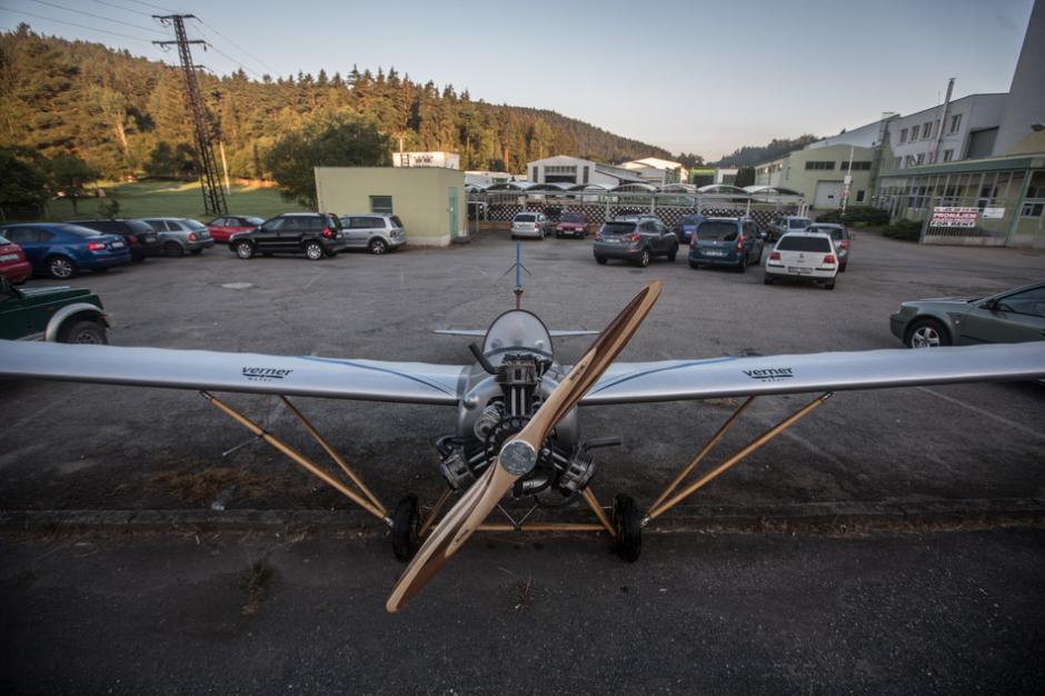 El avión lo estaciona en el parqueo de la empresa donde trabaja. (Foto: huffingtonpost.co.uk)
