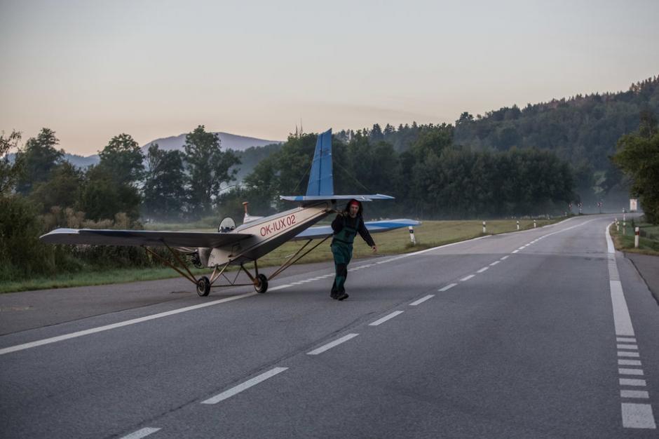 Aterriza en un campo cercano y luego arrastra la nave hacia el parque de la empresa. (Foto: huffingtonpost.co.uk)