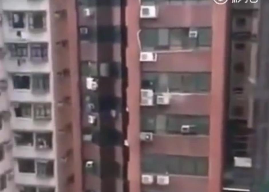 Un hombre desnudo colgaba de un edificio en China. (Foto: Your Viral/YouTube)