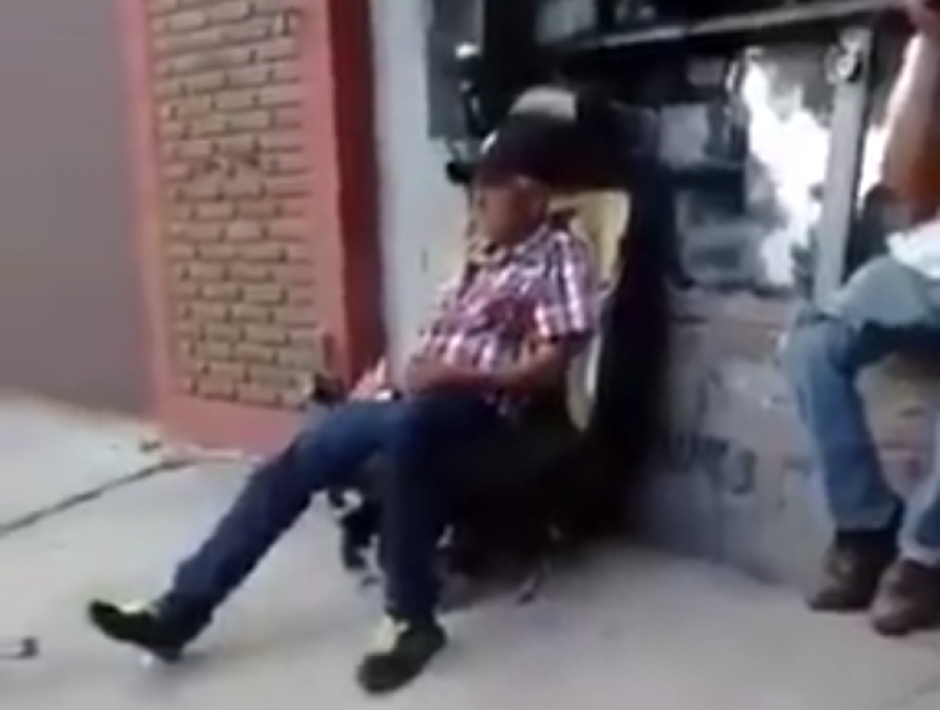Un anciano se sienta en un sillón que se encuentra en una calle. (Captura de pantalla: LiveLeak)
