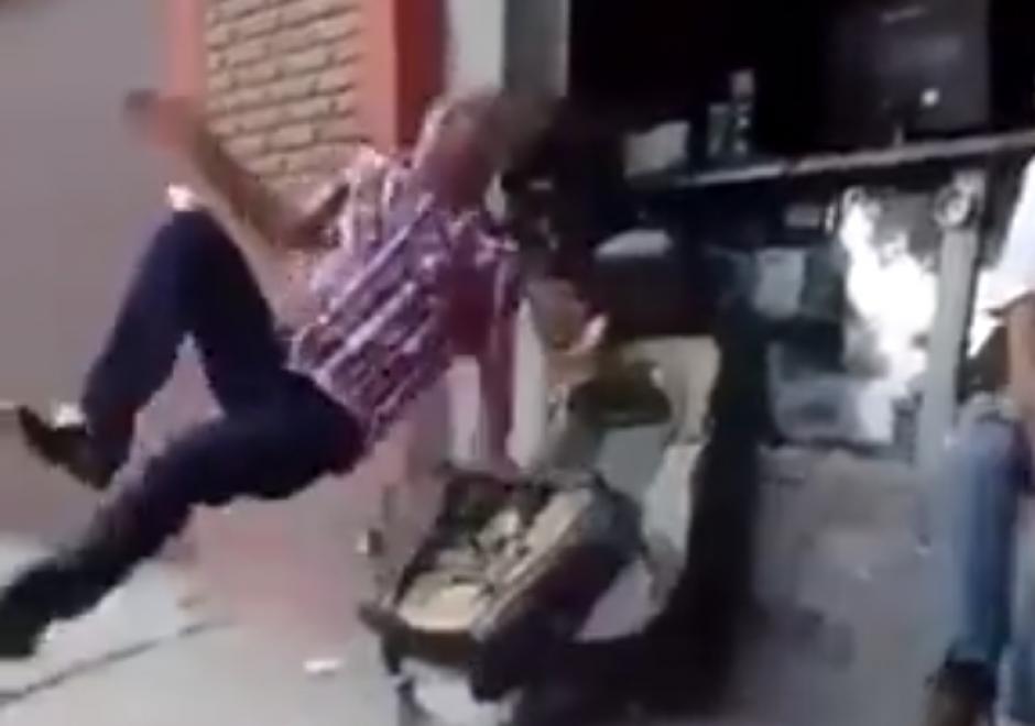De pronto el hombre sale expulsado por el aire. (Captura de pantalla: LiveLeak)
