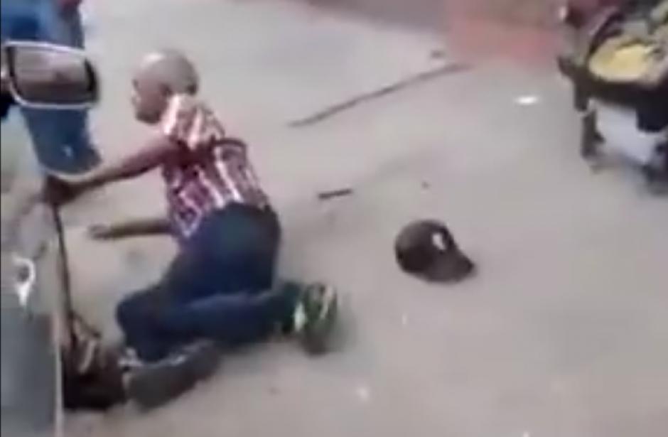 Después de unos segundos el hombre se levanta furioso. (Captura de pantalla: LiveLeak)
