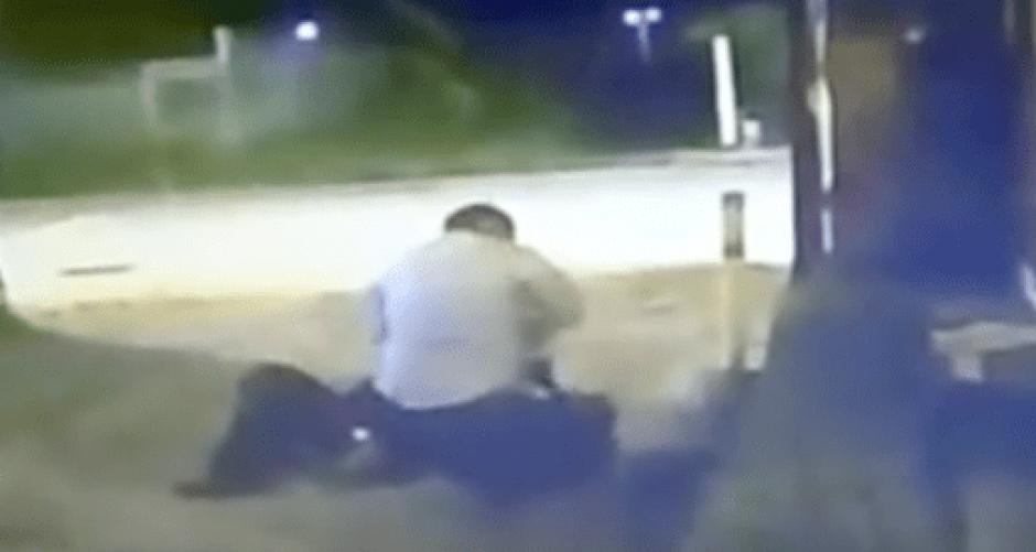 La víctima intentó evadir los golpes, pero fue arrojado al suelo. (Foto: captura de pantalla/YouTube)