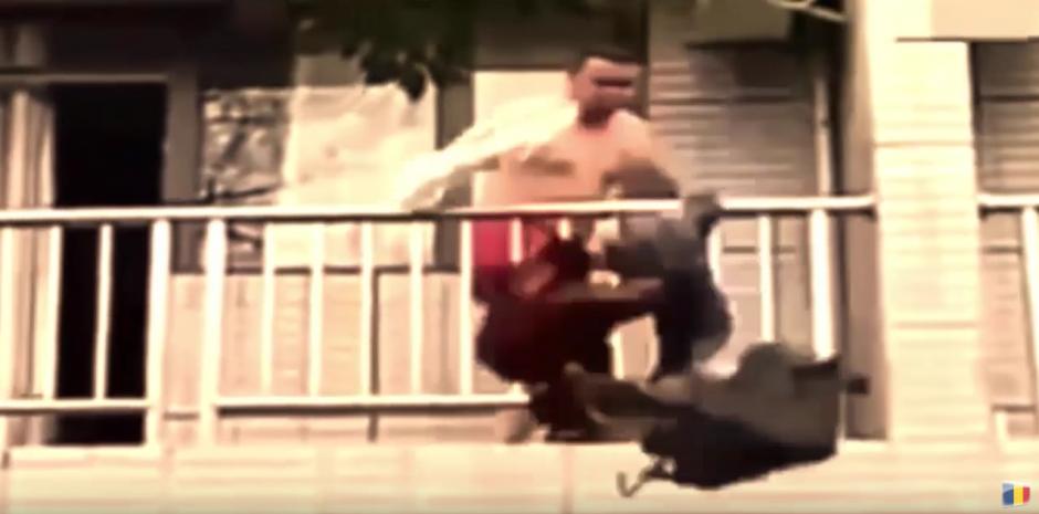 El hombre tira sus pertenencias por la ventana. (Captura de pantalla: STR Red/YouTube)