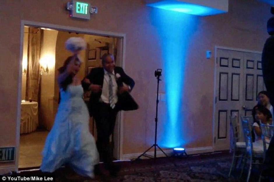 Al llegar a la fiesta, los recién casados saludan mientras bailan. (Foto: Daily Mail)