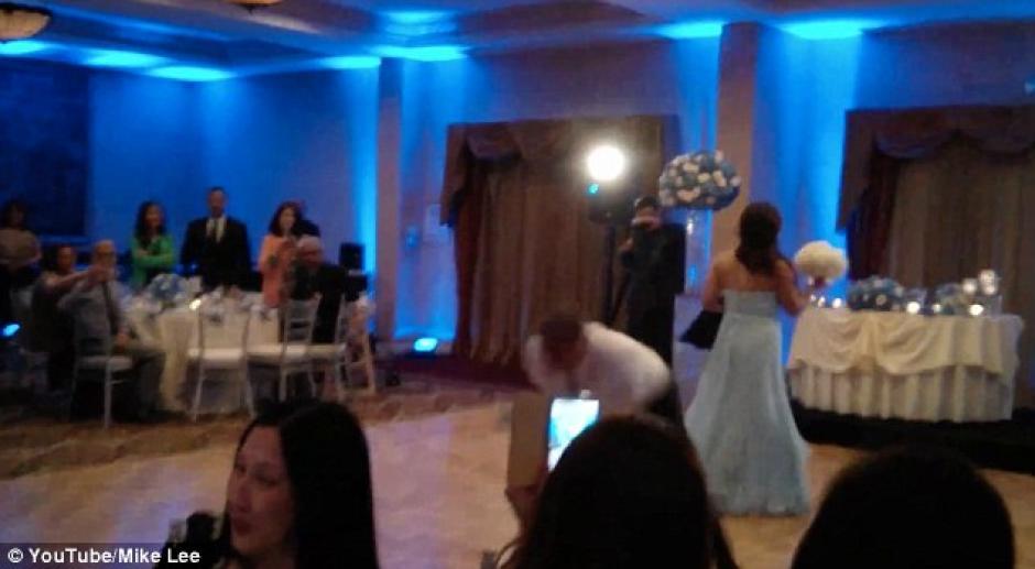 La novia se adelanta bailando, mientras que el hombre toma impulso para hacer unos giros.(Foto: Daily Mail)