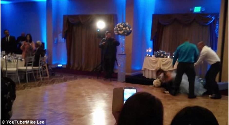 Sin embargo, la novia no logró quedarse en pie.(Foto: Daily Mail)