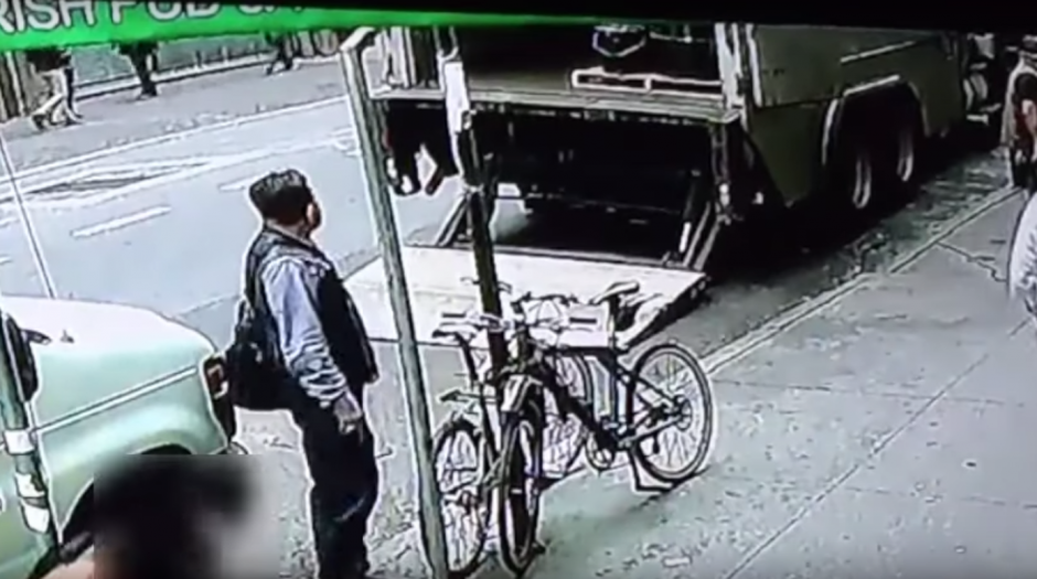Se percata de que nadie está cuidando el blindado. (Imagen: captura de YouTube)
