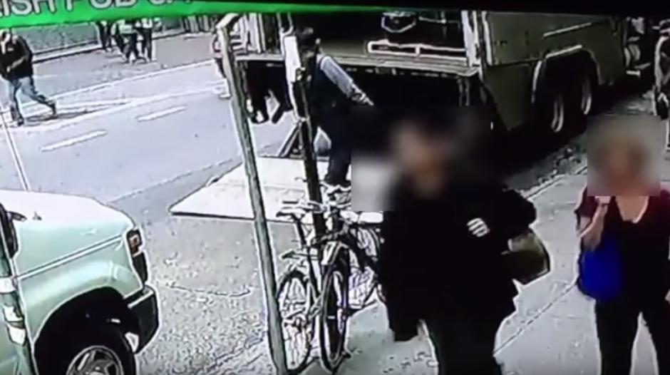 El hombre se acerca al blindado para ver qué logra conseguir. (Imagen: captura de YouTube)