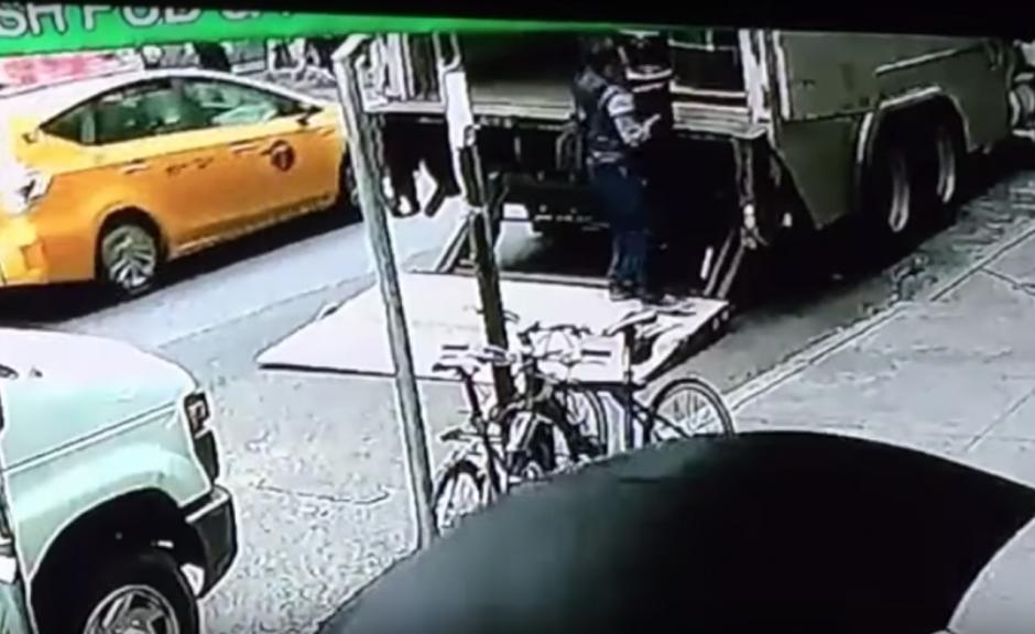 Con un poco de dificultad, extrae la cubeta llena de oro del camión. (Imagen: captura de YouTube)