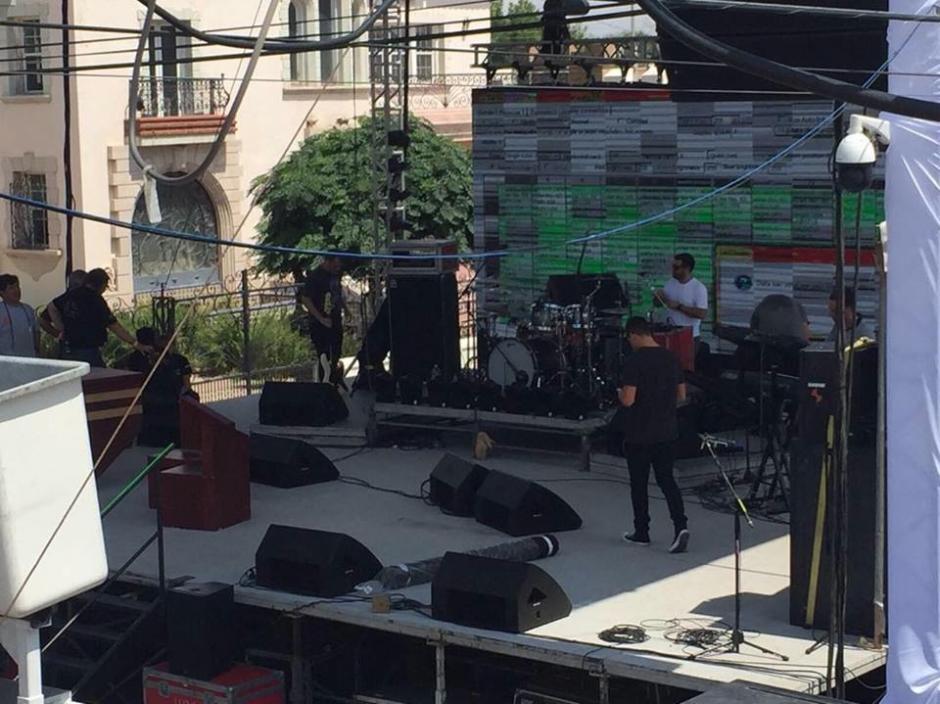 El escenario está listo para homenaje que artistas rendirán al ídolo. (Foto: Univisión)