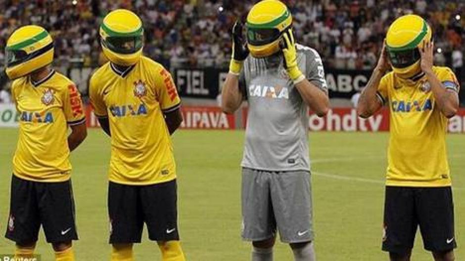 Los jugadores del Corinthians le rindieron un emotivo homenaje a Ayrton Senna, el piloto de Fórmula 1, que conmemora 20 años de fallecido. (Foto: Marca)