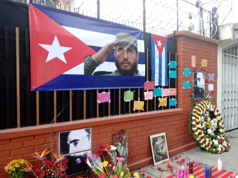 Una manta con la fotografía de Fidel Castro fue colocada en las afueras de la Embajada de Cuba. (Foto: Alejandro Balán/ Soy502)
