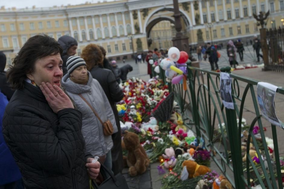 Varias personas observan las fotos de las víctimas del accidente en Egipto. (Foto:dailymail.co.uk)