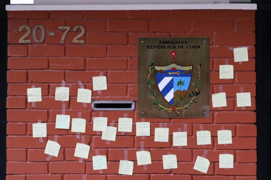 En las afueras de la Embajada fueron colocados mensajes por la muerte de Fidel Castro.  (Foto: Alejandro Balán/ Soy502)