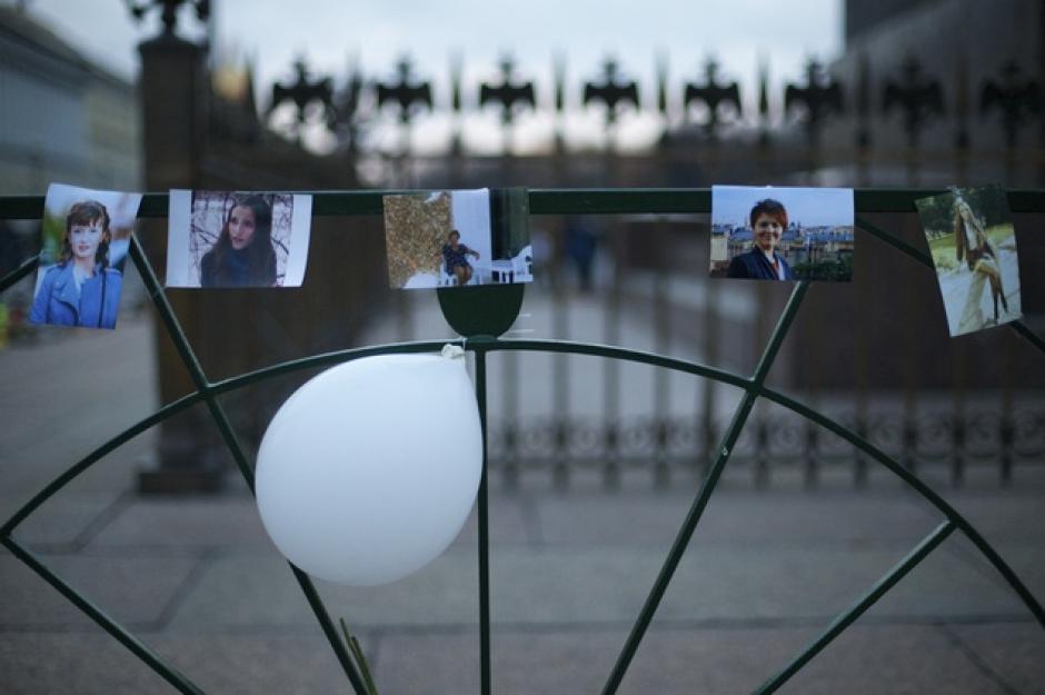 Las víctimas son recordadas con algunas pertenencias de sus familiares y fotografías. (Foto:dailymail.co.uk)